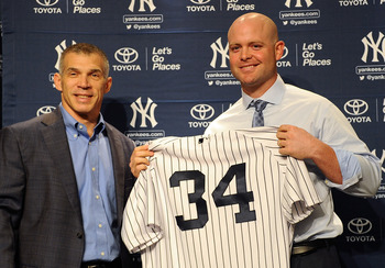 New York Yankees Manager Joe Girardi (t.v.) presenterar vår nya catcher från Atlanta Braves Brian McCann...